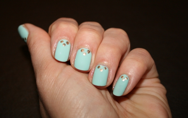 minty-dot-nails-2